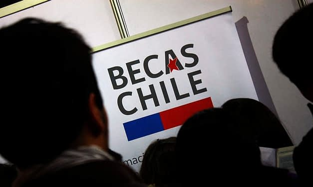 """""""Están hipotecando nuestro futuro"""": Gobierno decide suspender Becas Chile pese a rechazo de comunidad científica"""