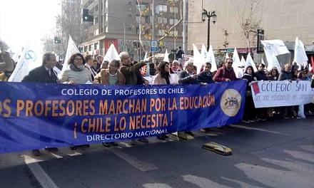 Profesores salen a la calle y anuncian posible paro nacional indefinido