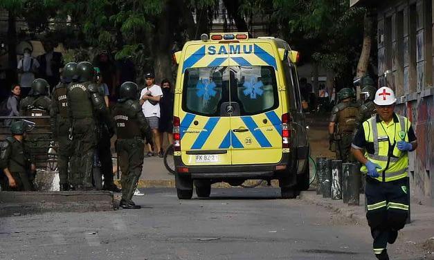 Colegio Médico denuncia agresión de Carabineros a ambulancia y funcionarios del SAMU