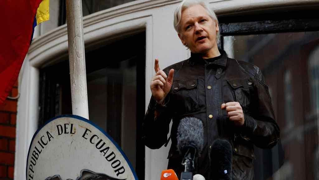 Julian Assange es detenido por la policía británica
