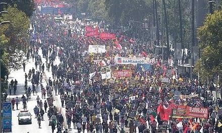 Con histórica convocatoria, chilenos exigen el fin de las AFPs