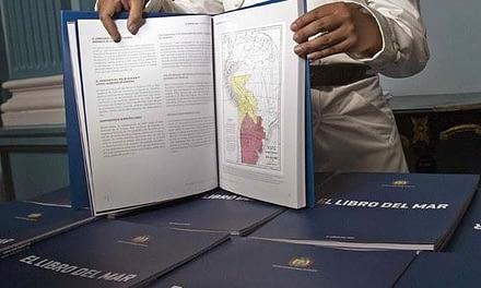 Expertos critican decisión del Mineduc de prohibir enseñanza del Libro del Mar