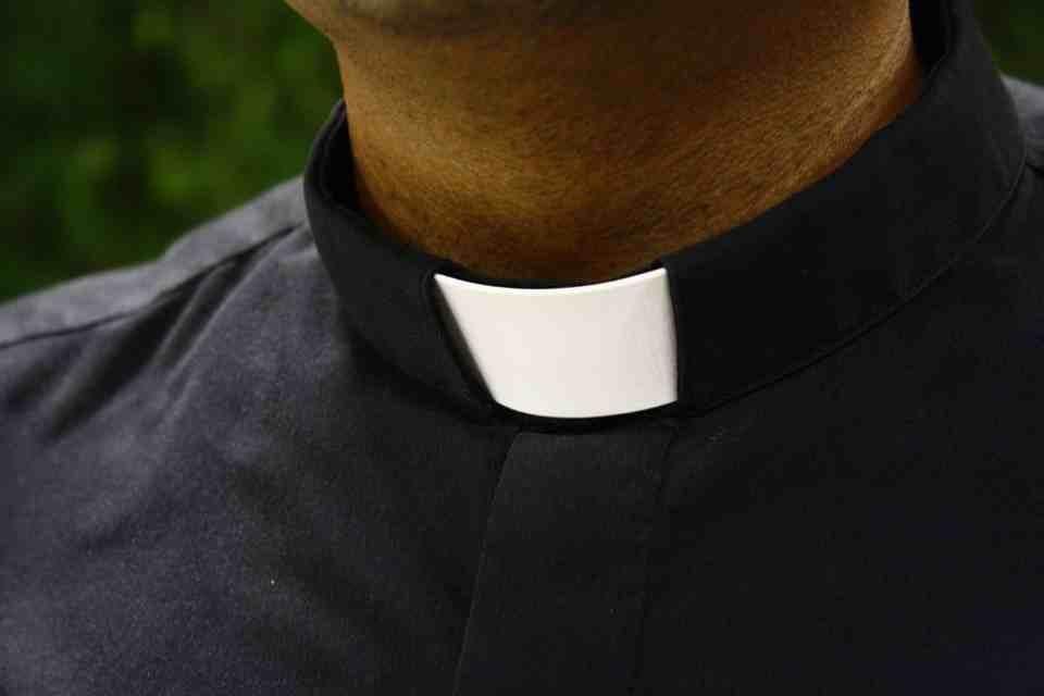 Parlamentarios presentan proyecto para castigar con cárcel a miembros del clero que encubran abusos